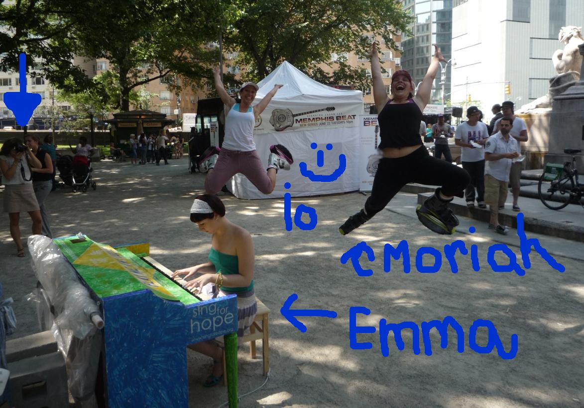 Moriah ed io abbiamo saltellato a Central Park coi nostri kangoo (ormai non posso più farne a meno!), e abbiamo chiesto a Tom di scattarci una foto mentre Emma suonava per noi uno dei piani appartenenti al'istallazione ;-)